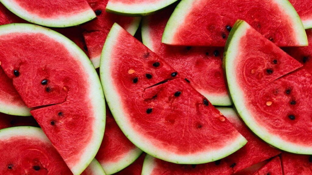 El consum de fruites com la síndria, afavoreixen la cura de la salut bucal.